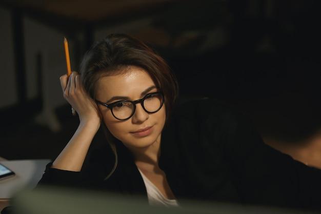 コンピューターを使用して集中して若い女性デザイナー。
