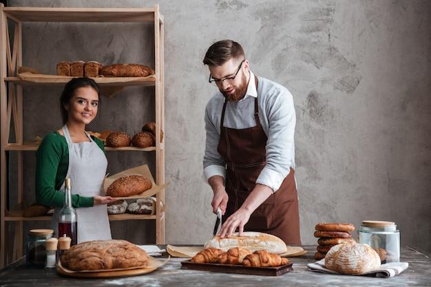 幸せな愛情のあるカップルのパン屋。