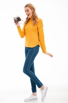 カメラを保持しているかわいい若い女性。