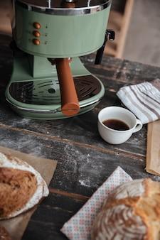 一杯のコーヒーの近くのテーブルにペストリークロワッサン。