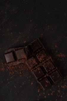 Плитка темного шоколада, покрытая шоколадной пудрой