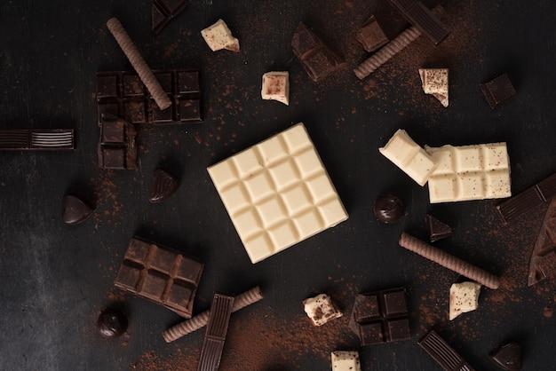 Вид сверху ассортимента разных видов шоколада