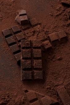 Плитка темного шоколада, покрытая порошком молочного шоколада