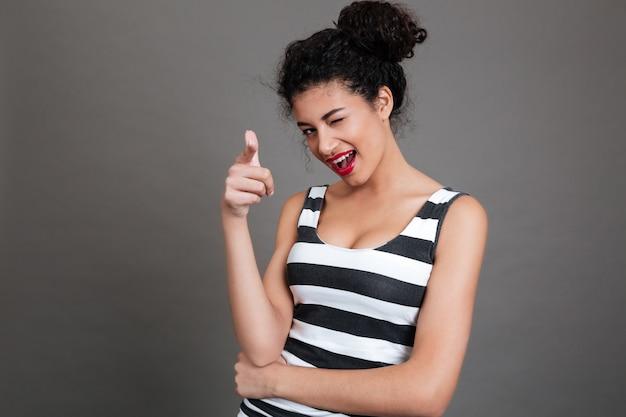 若い笑顔カジュアルな女性の人差し指