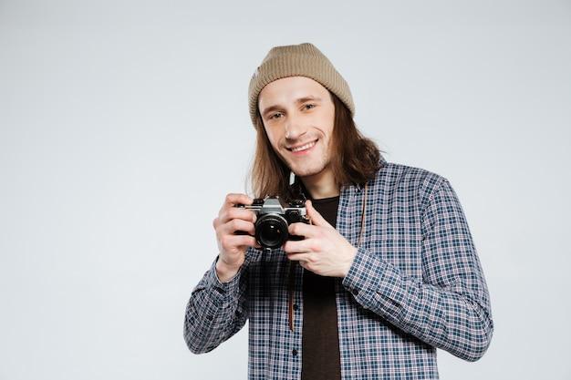 レトロなカメラを持って幸せなヒップスター