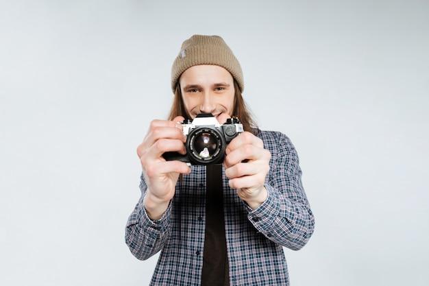 レトロなカメラで写真を作る若いヒップな