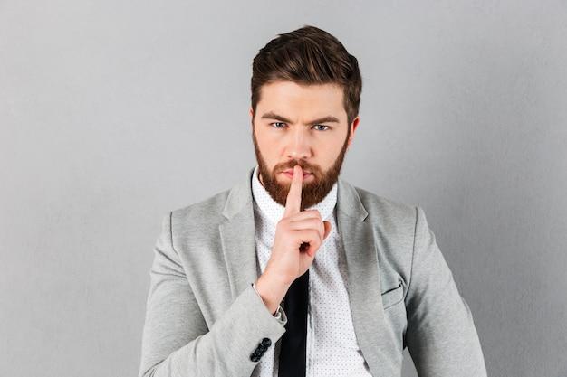 Портрет красивый бизнесмен, одетый в костюм