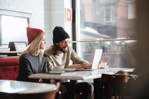 Вид сбоку хипстеров с ноутбуком