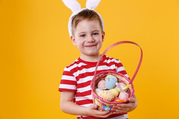 Портрет счастливого довольного маленького ребенка в ушах зайчика