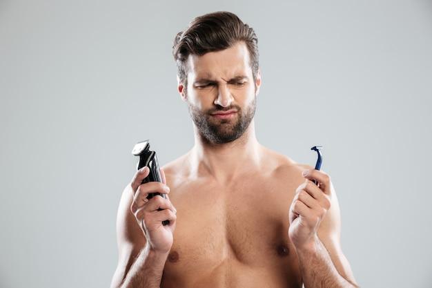 Портрет сомнительного молодого человека, выбирающего бритву