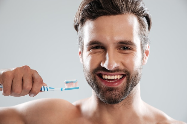 歯を磨く笑顔の男