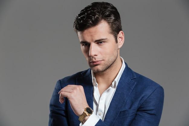 Портрет красивый молодой человек в куртке