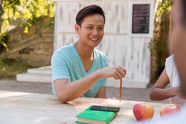 話している友人の学生の若い多民族グループの笑顔