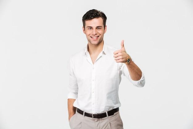 Портрет счастливого молодого человека в белой рубашке