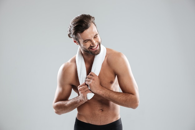 Молодой человек с помощью полотенца и смеется