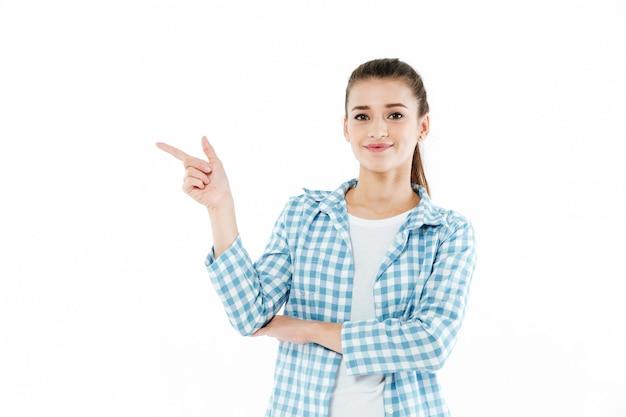 コピースペースを示す若い笑顔若い女性