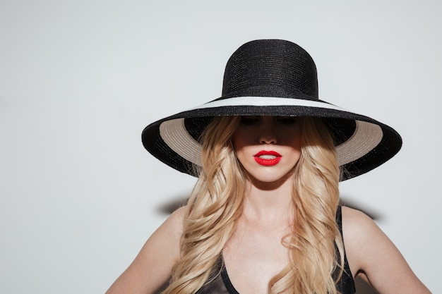 明るい化粧唇を持つ美しい若い女性