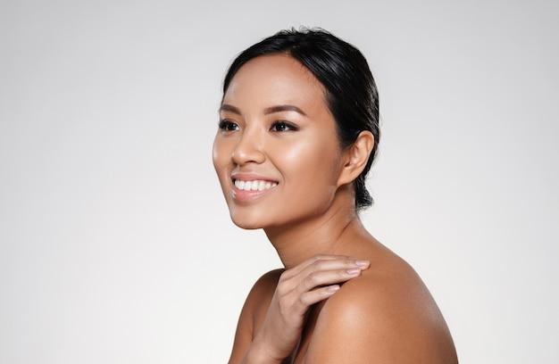 よそ見美しい笑顔のアジアの女性