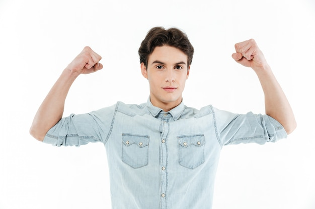 上腕の筋肉がうごめくハンサムな若い男の肖像