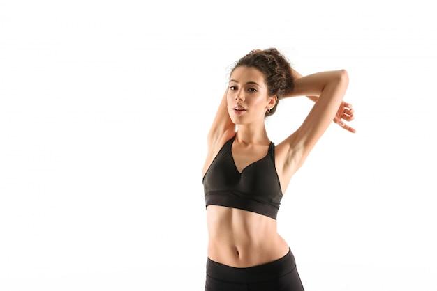 Улыбаясь фитнес женщина разогрева