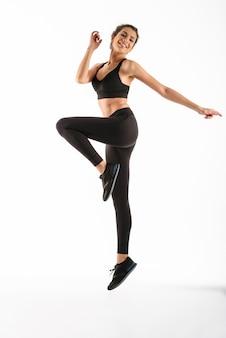 Женщина пригодности счастливая скача