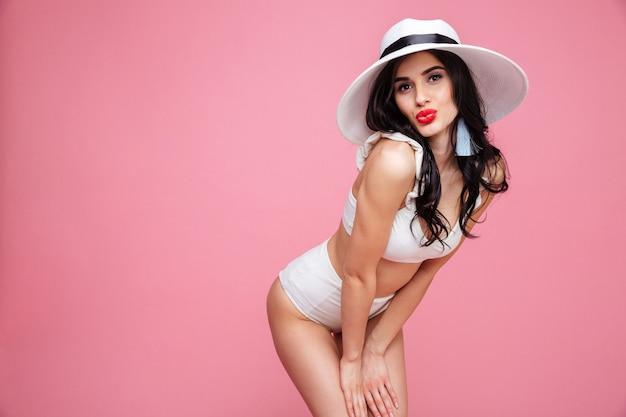 夏帽子をかぶっている魅惑的なセクシーな若い女性の肖像画