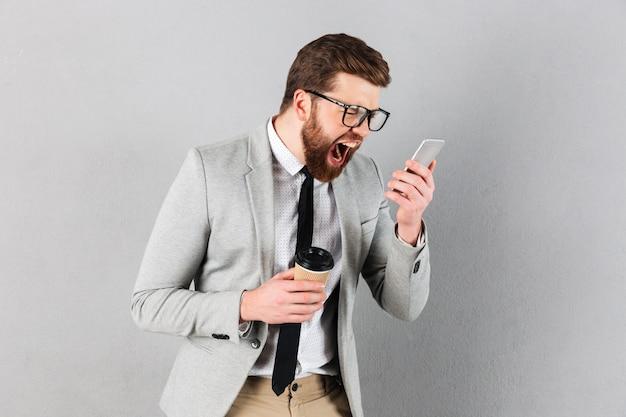 Портрет яростного бизнесмена, одетого в костюм