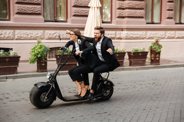 バイクに乗って叫んでひげを生やしたビジネスマンの側面図