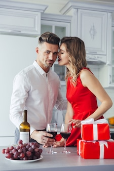 若いロマンチックなスマート服を着たカップルの肖像画