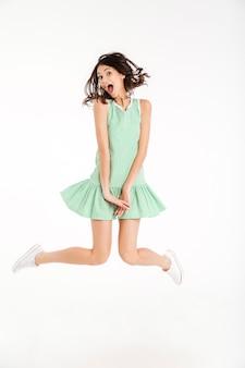 ドレスに身を包んだ面白い女の子の完全な長さの肖像画