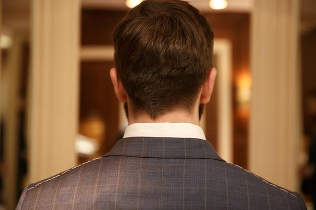 Вид сзади человека в костюме