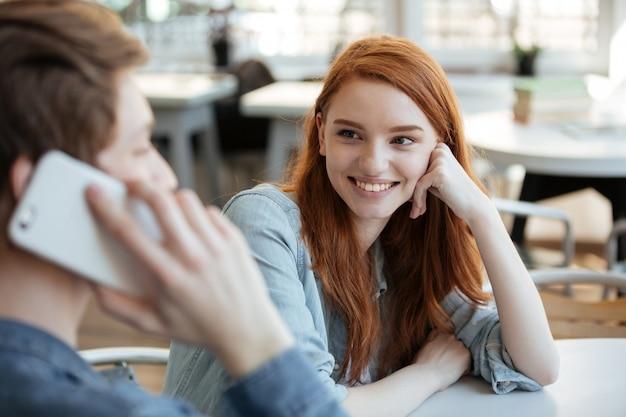 Довольно молодая женщина смотрит на своего мужчину