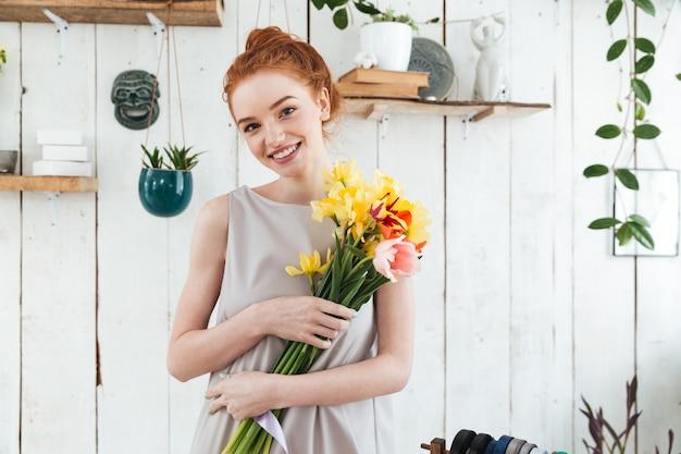 Веселая молодая женщина с красивым букетом
