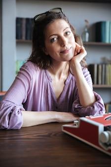 机に座って素敵な成熟した女性の肖像画