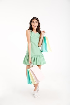 Полная длина портрет счастливой девушки в платье