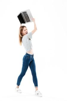 Сердитая женщина хочет сломать ноутбук