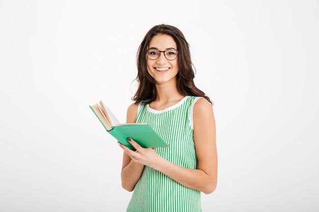 Портрет смеющейся девушки в платье и очках