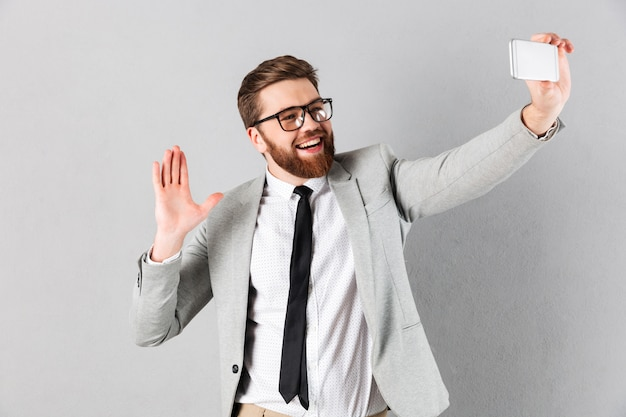 Портрет дружелюбного бизнесмена, одетого в костюм
