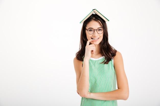 Портрет улыбающейся девушки в платье и очках