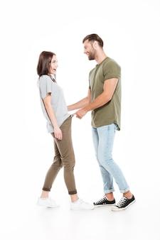 孤立した立っている笑顔の若い夫婦
