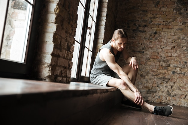 脚の痛みに苦しんでいるフィットネス男の肖像