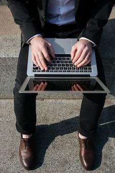 ノートパソコンの空白の画面のクローズアップ