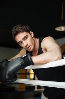 ボクシングリングでボクサーのトレーニング。よそ見。