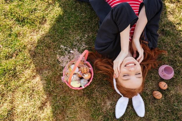 笑顔幸せな赤い頭の女性の上面図の肖像画