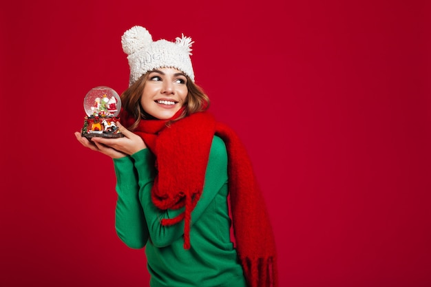 Красивая женщина в шляпе и теплый шарф