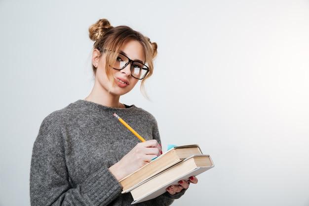 セーターと眼鏡の本の女性