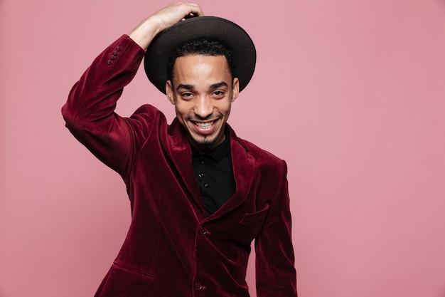 Портрет счастливый афро-американский мужчина в стильной ткани позирует