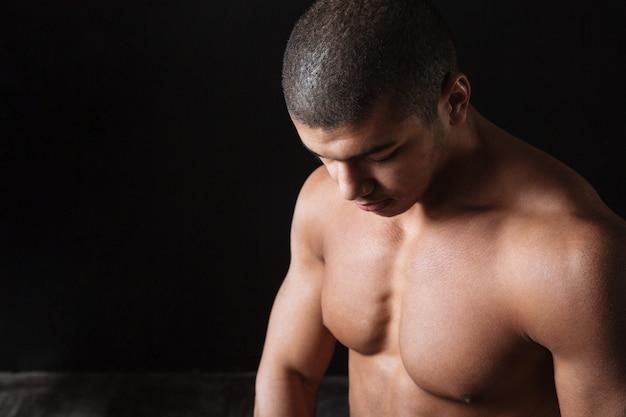 Крупный план мышечного нагого афро-американского спортсмена молодого человека