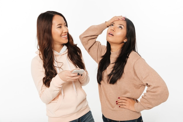 彼女の妹のために不機嫌なアジアの女の子