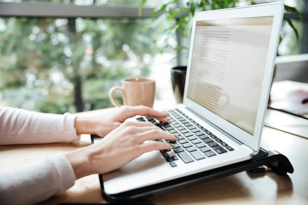Обрезанное фото молодой женщины в офисе коворкинг